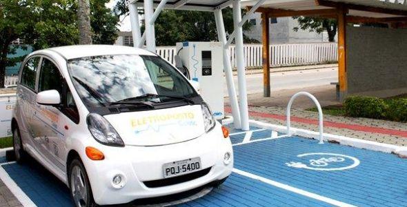 Florianópolis recebe dois eletropostos para abastecer veículos elétricos
