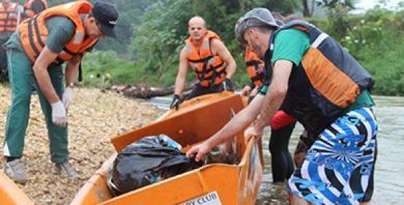 Zen participa de ação que retira 2,5 toneladas de lixo de rio Itajaí-Mirim