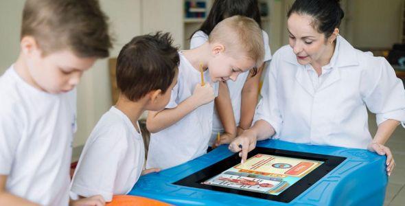 PlayTable lança 10 livros digitais em libras em feira nacional