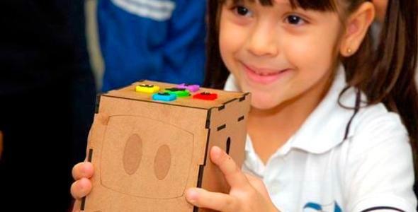 Univali entrega robô para o ensino de crianças em Balneário Camboriú