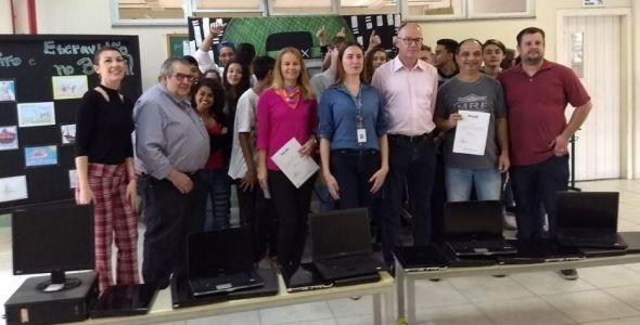 Blusoft e associadas entregam computadores à escola