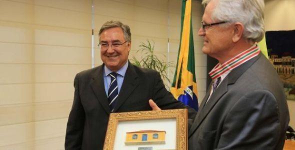 Raimundo Colombo entrega Medalha Anita Garibaldi para o CIEE