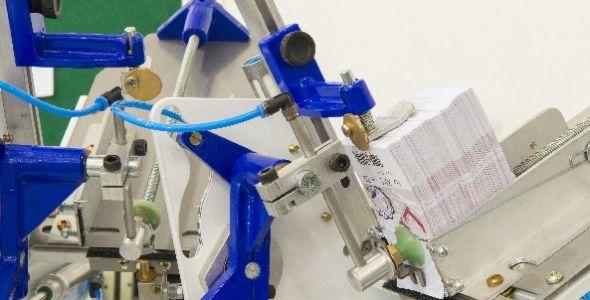 Máquina de aplicação de tags permite produção média de 1,4 mil itens por hora