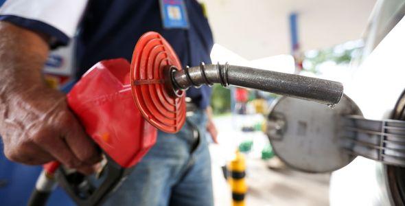 Após cinco altas, Petrobrás anuncia redução do preço dos combustíveis para esta quarta
