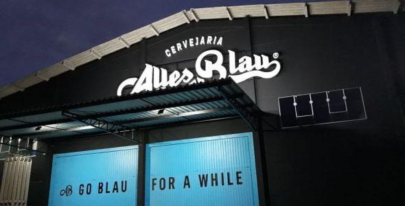 Cervejaria Alles Blau, de Blumenau, apresenta long necks em agosto