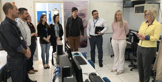 Philips doa computadores a instituições de Blumenau para promover inclusão digital
