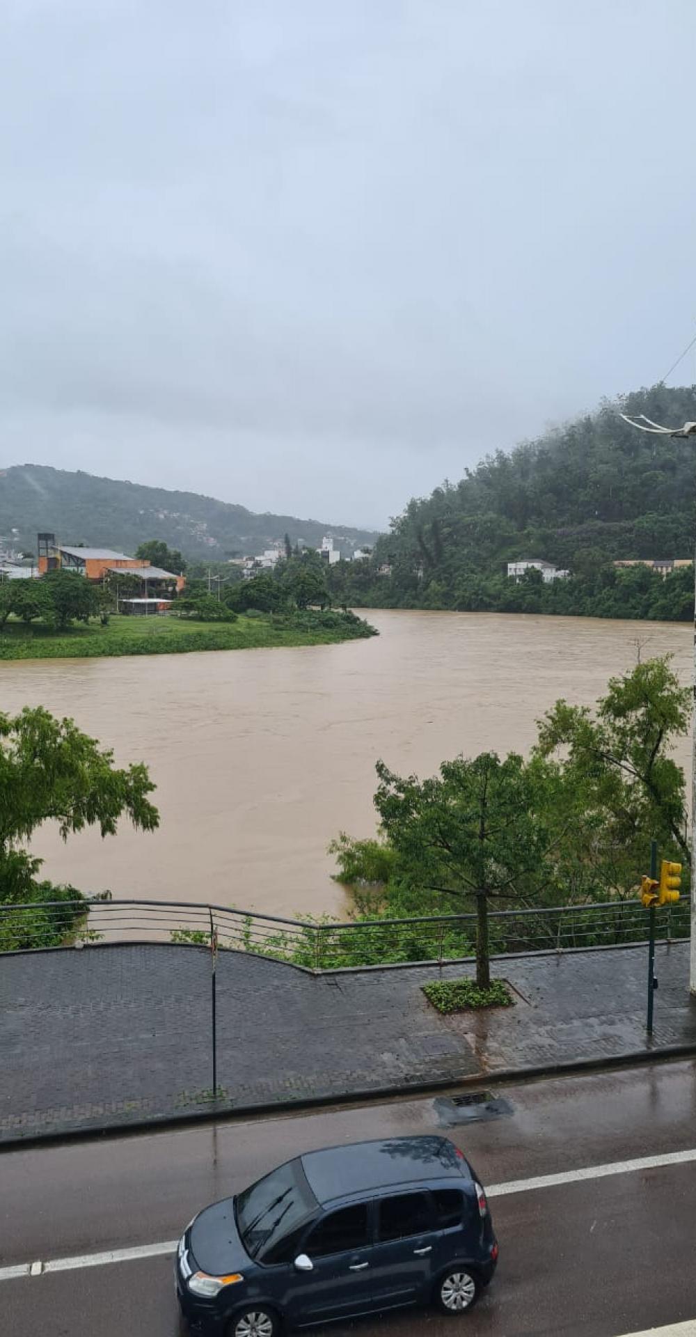 Chuva incessante coloca o nível do Rio Itajaí-Açu em alerta nesta quinta-feira