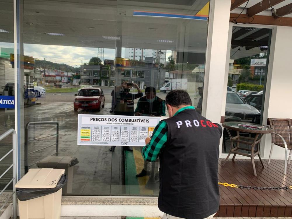 Procon fiscaliza postos de combustíveis para o cumprimento da transparência das informações sobre combustíveis