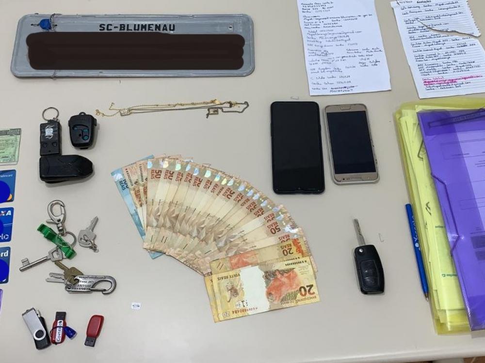 Polícia Civil efetua prisão de grupo voltado à prática de furtos em residências em Blumenau