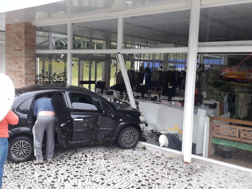 Motorista perde controle do carro e atinge fachada da loja Hering no Bom Retiro