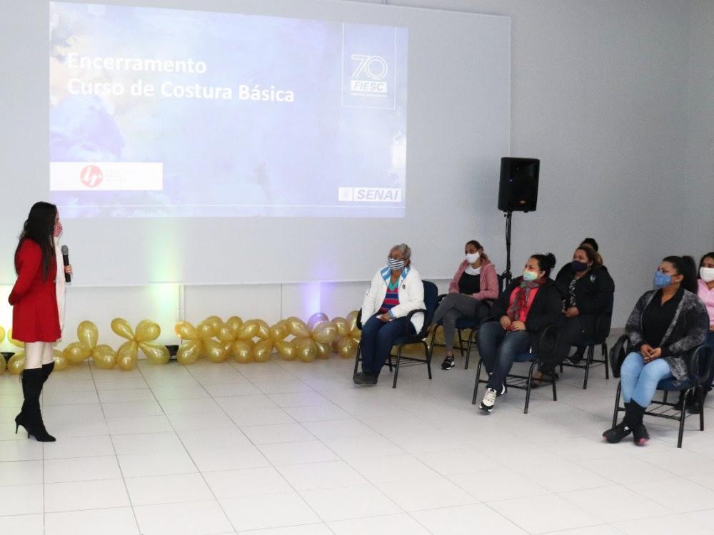 SENAI Blumenau e Instituto Lojas Renner formam turma de Costura Básica
