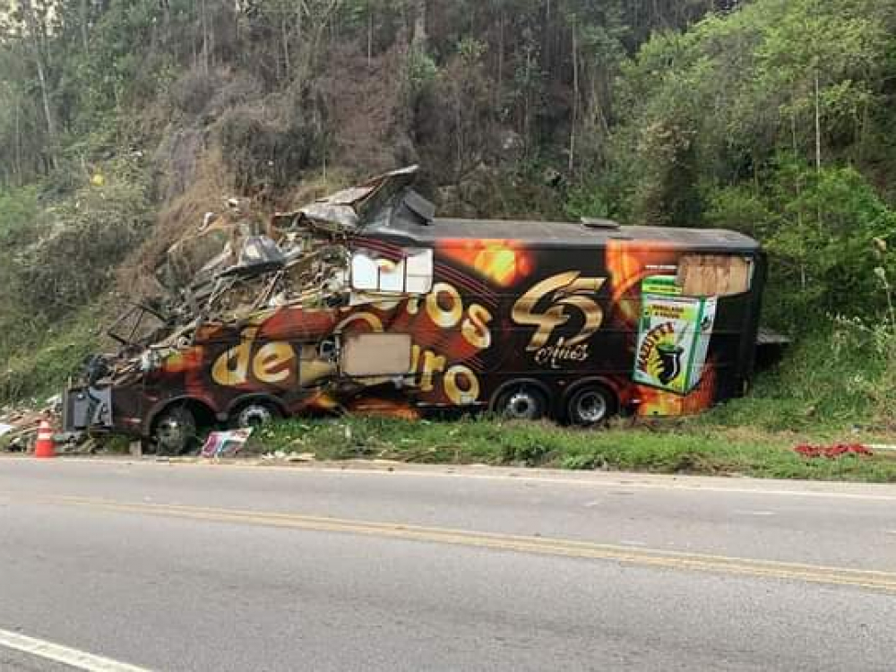 Morre vocalista do Garotos de Ouro, em acidente com ônibus da banda em SC