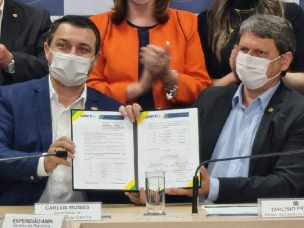 Carlos Moisés assina acordo para repasse de R$ 465 mi para obras em rodovias federais de SC