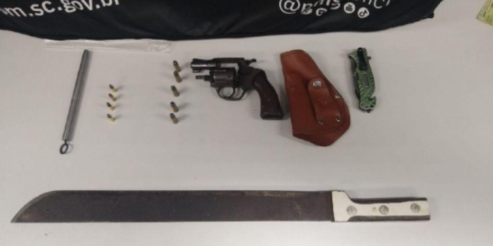 Homem é detido com armas de fogo, munições e um facão no bairro Fortaleza