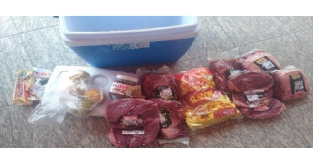 Homem é detido pela tentativa de furto de carnes e guloseimas de supermercado