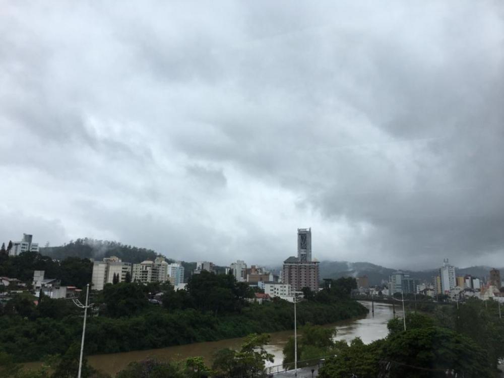 Segunda-feira de muitas nuvens e condição para chuvisco em Blumenau